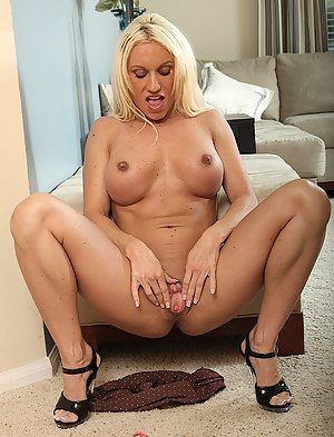 MILF Spreading Porn Pictures
